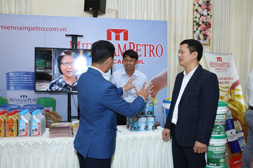 Tổng Giám đốc MiennamPetro – ông Nguyễn Minh Tâm (bên phải) trao đổi giới thiệu với khách tham dự chương trình