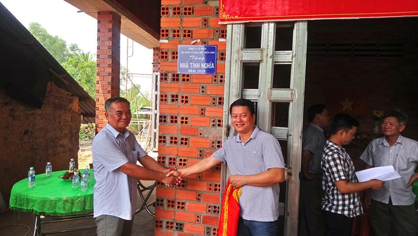 ông Nguyễn Minh Tâm – Tổng Giám đốc Công ty MiennamPetro, đại diện bàn giao nhà cho gia đình ông Đặng Hoài Vũ