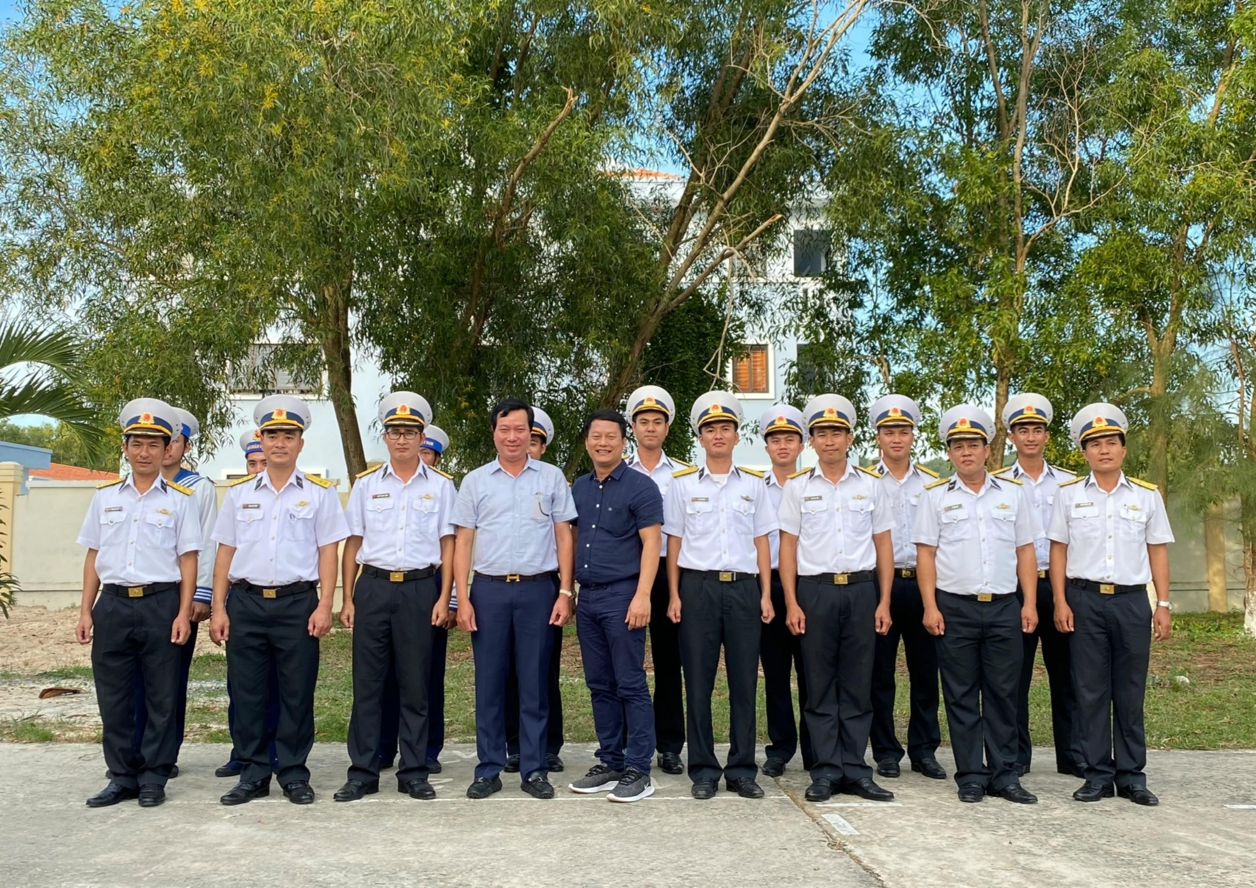 Ông Nguyễn Minh Tâm, Chủ Tịch Hội đồng Quản trị MiennamPetro cùng các chiến sĩ tại Tư lệnh Vùng 5