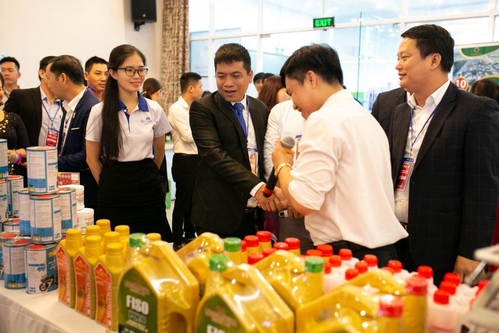 Ông Nguyễn Minh Tâm - TGĐ MiennamPetro, Đồng Trưởng Ban Tổ Chức chương trình dẫn đoàn thăm doanh nghiệp trưng bày sản phẩm trong hội nghị