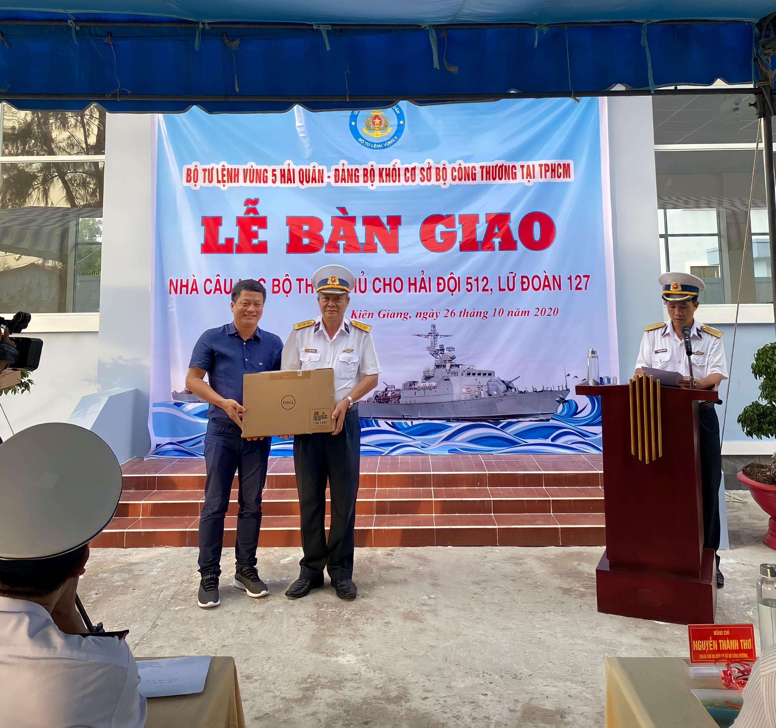 Ông Nguyễn Minh Tâm, Chủ Tịch Hội đồng Quản trị MiennamPetro trao quà cho cán bộ chiến sĩ tại Vùng 5 Hải quân